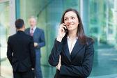 Mujer de negocios hablando por teléfono — Foto de Stock