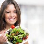 Женщина ест здоровый салат — Стоковое фото