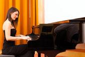 Woan playing piano — Stock Photo