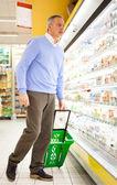 在超市购物的顾客 — 图库照片