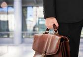 Empresario sosteniendo un maletín — Foto de Stock