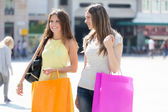 Friends shopping together — Stockfoto