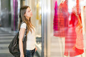 Woman shopping in the city — Stockfoto