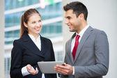 Pessoas de negócios usando um tablet — Foto Stock