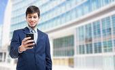 Biznesmen za pomocą jego smartphone — Zdjęcie stockowe
