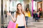 Femme faisant des achats — Photo