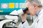 Man using a microscope — Stock Photo