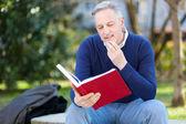 Hombre maduro leyendo un libro — Foto de Stock