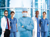 Surgeon in front of a group of doctors — Stock Photo