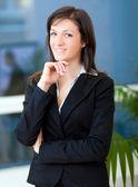 Empresária em escritório moderno — Foto Stock