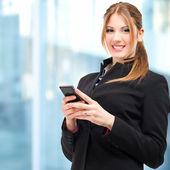 žena pomocí mobilního telefonu — Stock fotografie