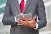 Hombre con tablet pc — Foto de Stock