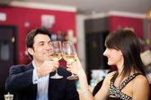 Para picia wina w restauracji — Zdjęcie stockowe