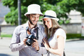 Tourist showing pictures to girlfriend — 图库照片