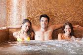 Přátelé relaxaci v lázních — Stock fotografie