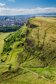 View of sunny Edinburgh from the top of Arthur Seats — Stock Photo