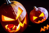 Detail dvě dýně na halloween na černém pozadí — Stock fotografie