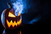 Kouření na halloween dýně se svíčkou — Stock fotografie