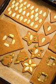 Perník cookie na pekáč, zdobení s oříšky — Stock fotografie