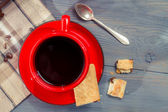 Red cup of coffee with cookie — Stock Photo