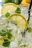 Closeup de bebida gelada de limão com hortelã — Foto Stock