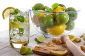 Zimny napój z owoców cytrusowych na białym tle — Zdjęcie stockowe