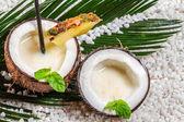 Closeup de pinacolada bebida servida em um coco — Foto Stock