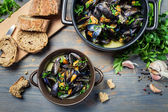 Closeup of fresh garlic and parsley to prepare mussels — Foto Stock