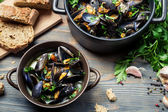 Homemade way of serving mussels — Stock Photo