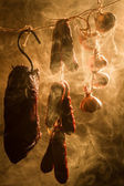 Wędzona szynka w sposób tradycyjny w wędzarni — Zdjęcie stockowe