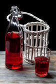 Vieilles bouteilles avec du jus rouge — Photo