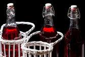 Vintage şişe suyu sepetinde — Stok fotoğraf