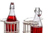 Zbliżenie czerwony sok w butelkach — Zdjęcie stockowe