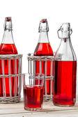 Zabytkowe butelki z sokiem na białym tle — Zdjęcie stockowe