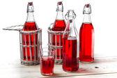 Vintage flaschen mit roten saft — Stockfoto