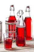 Closeup de garrafas vintage com suco em fundo branco — Foto Stock