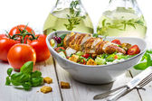 Salat mit hühnchen, tomaten, olivenöl und frischen kräutern — Stockfoto