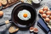 Le petit déjeuner et préparation pour frire des œufs — Photo