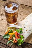 Kebab s čerstvou zeleninou a kuřecím masem — Stock fotografie