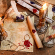 Closeup of table filled with old messages and candles - Stockfoto