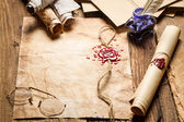 Antiche pergamene e vecchio busta con calamaio blu — Foto Stock