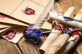 Oude rollen en oude envelop met blauwe inkwell — Stockfoto