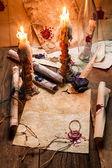 Primo piano di un tavolo pieno di candele e vecchi messaggi — Foto Stock