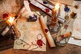 Primer plano de la mesa llenado de velas y mensajes antiguos — Foto de Stock