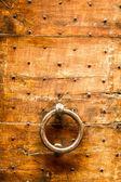 Oude houten deur met knocker — Stockfoto