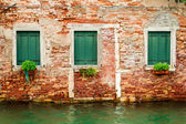 Tre finestre nella casa diroccata su un canale di venezia — Foto Stock