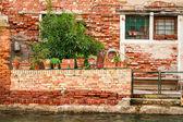 在威尼斯运河上的损毁的房子 — 图库照片