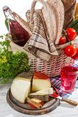 Cesta cheia de queijo e vegetais frescos — Foto Stock