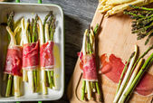 Preparation baked asparagus with prosciutto — Stock Photo