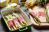Preparación de espárragos envueltos en Jamón Serrano con queso — Foto de Stock